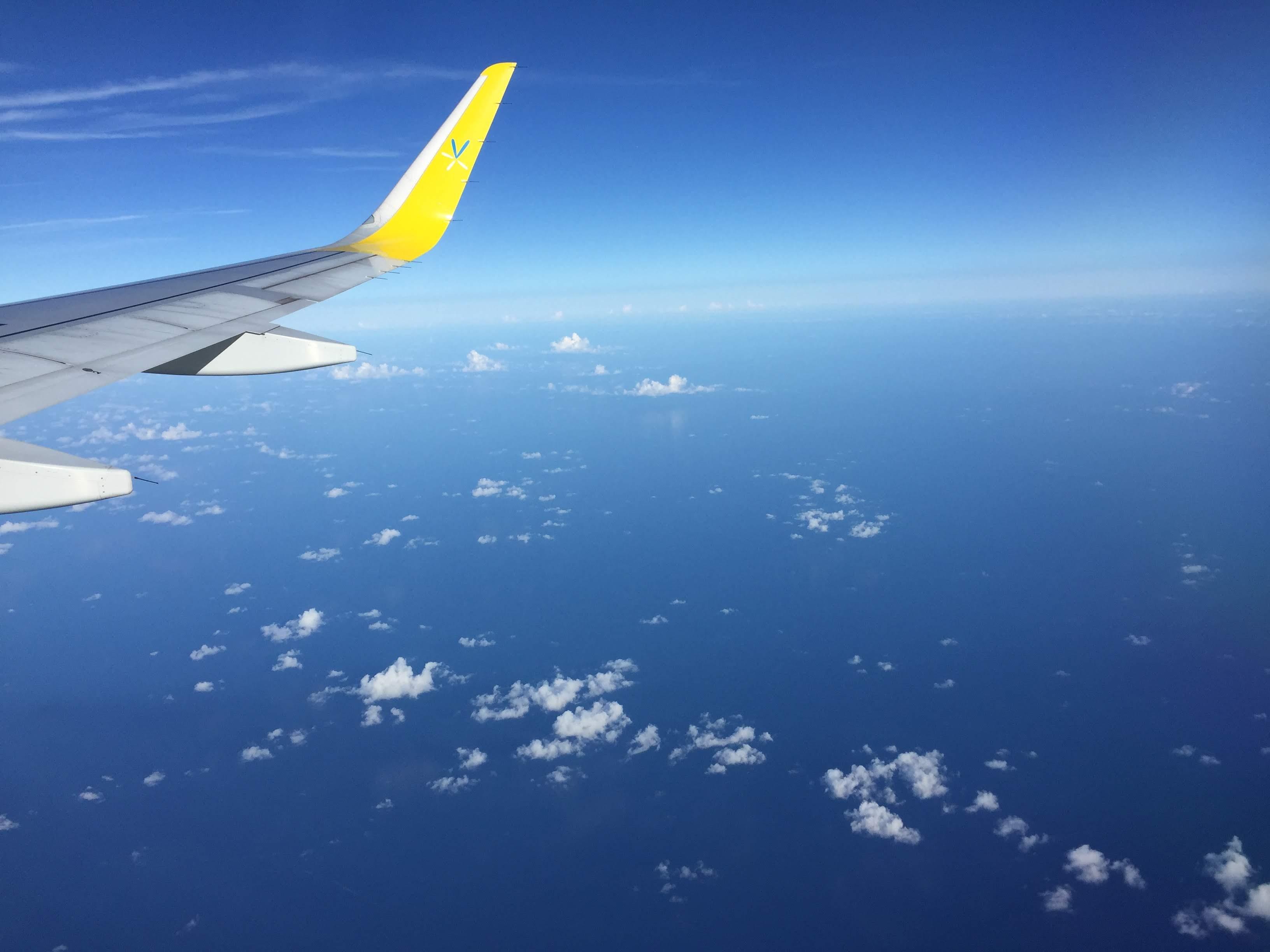 海上を飛ぶ飛行機