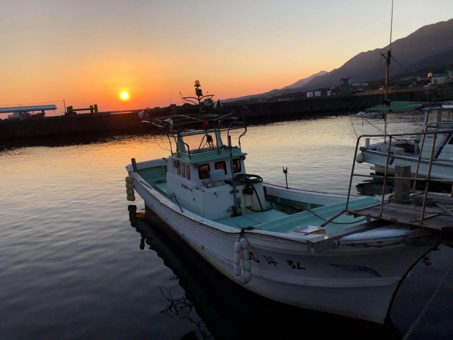 日の出とボート