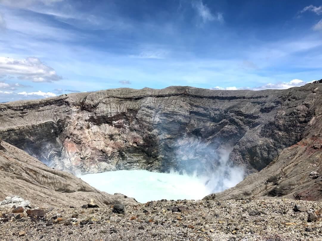 迫力満点の阿蘇山の火口