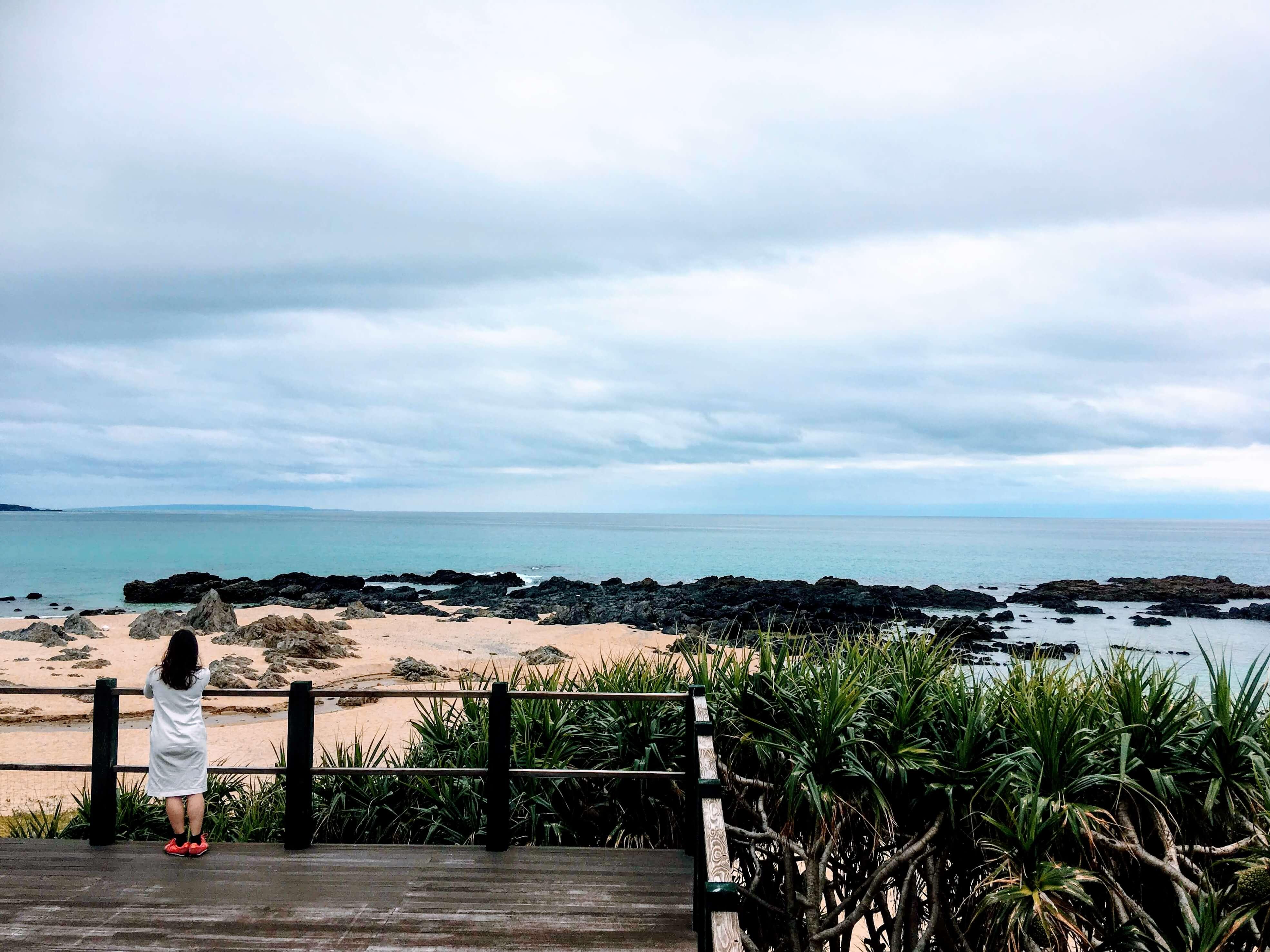手広海岸を眺められるウッドデッキもあります