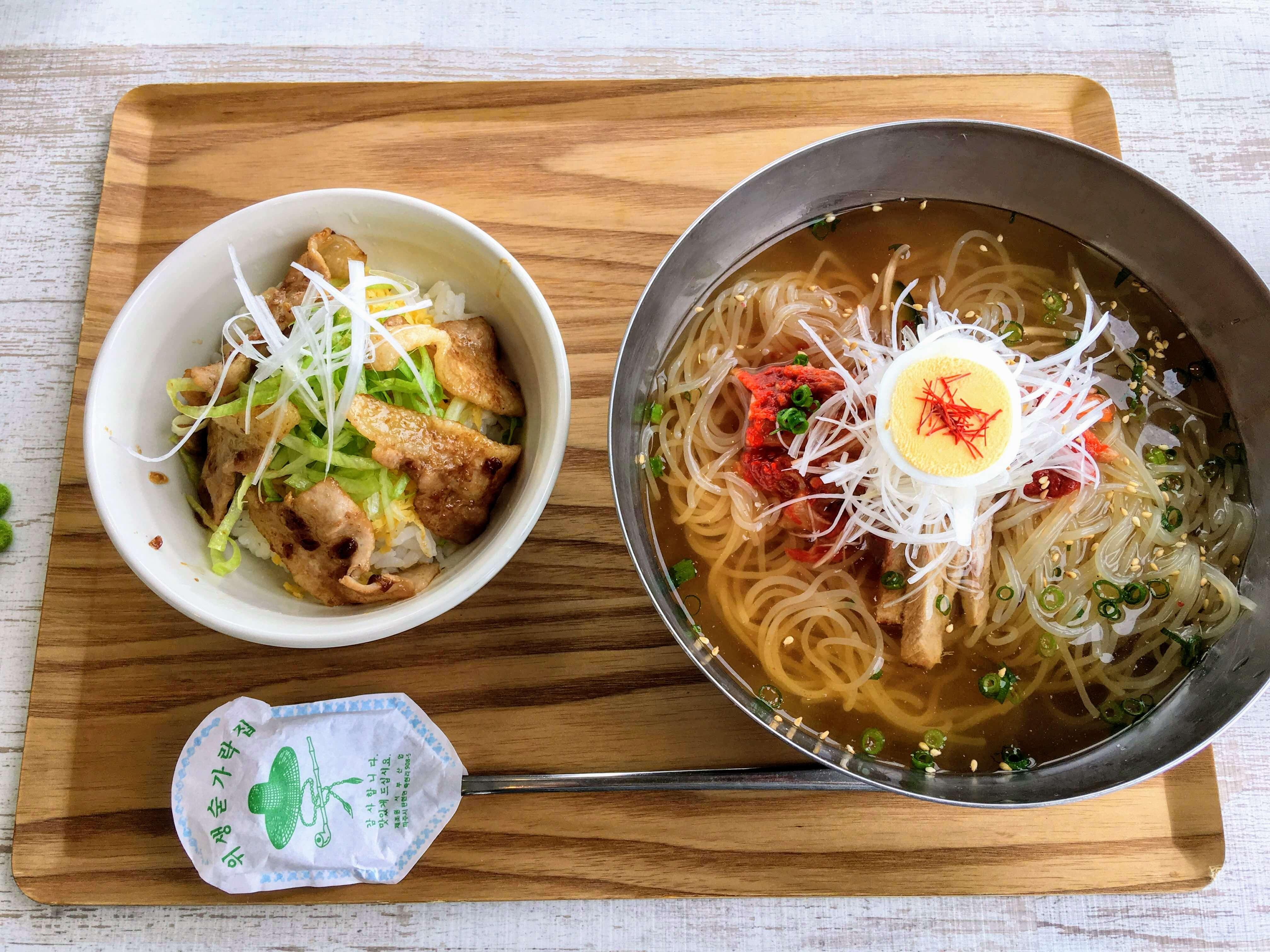 ランチメニューの「特製韓国冷麺とミニ黒豚セット」